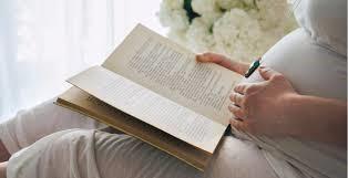 gravida lendo com mão na barriga