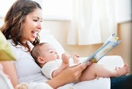 mãe lendo para bebe
